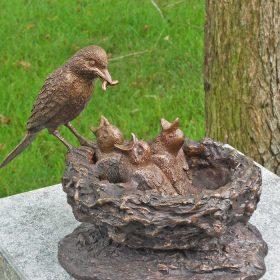 Bronzen-vogels-in-nest
