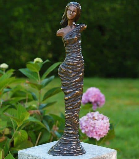 Bronzen moderne vrouw