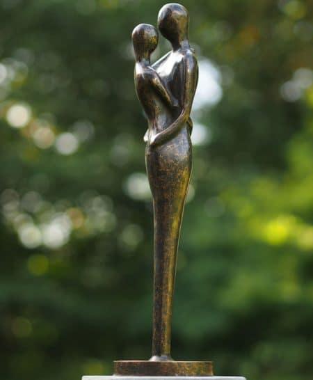 Bronzen tuinbeeld liefdespaar