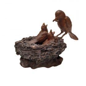 bronzen vogels in nest