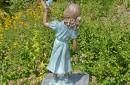 bronzen bloemenmeisje