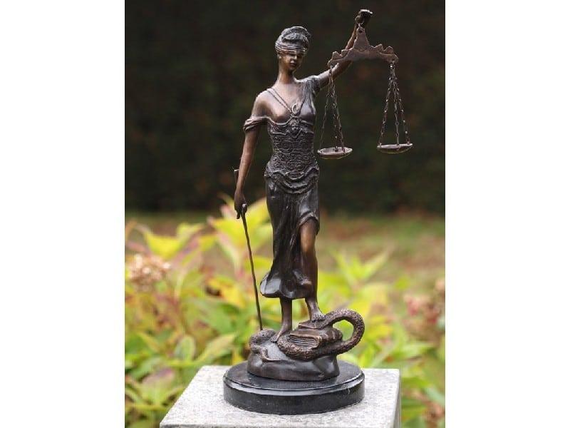 Tuinbeelden Brons Tuin : De welbekende vrouwe justitia brons gerichtekeuze