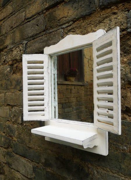 Tuinspiegel met vensterbank